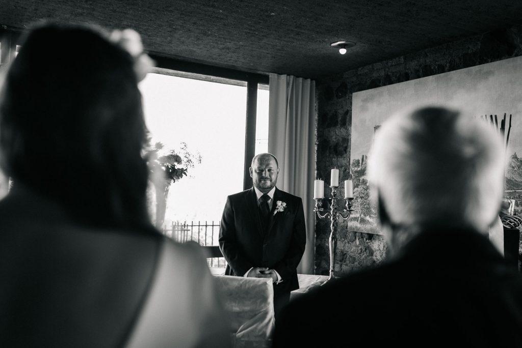 Der Bräutigam empfängt die Braut.