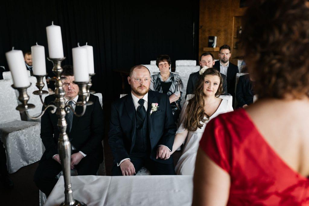 Braut und Bräutigam vor der Standesbeamtin.