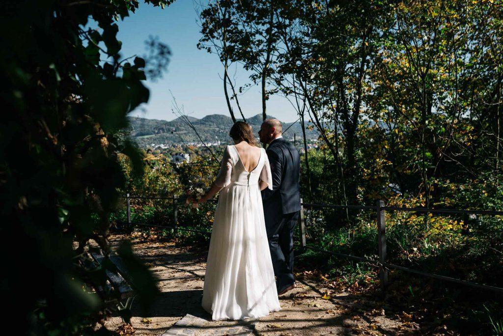 Das Brautpaar auf dem Weg zum Brautpaarshooting.
