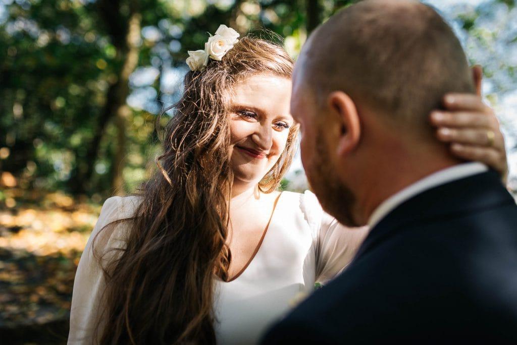 Die Braut wird von der Sonne geküsst.