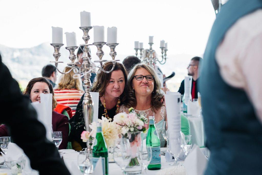 Gäste der Hochzeit am Tisch.