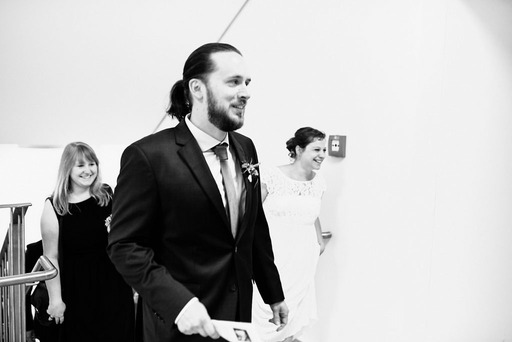 Braut und Bräutigam kurz vor dem Amtszimmer.