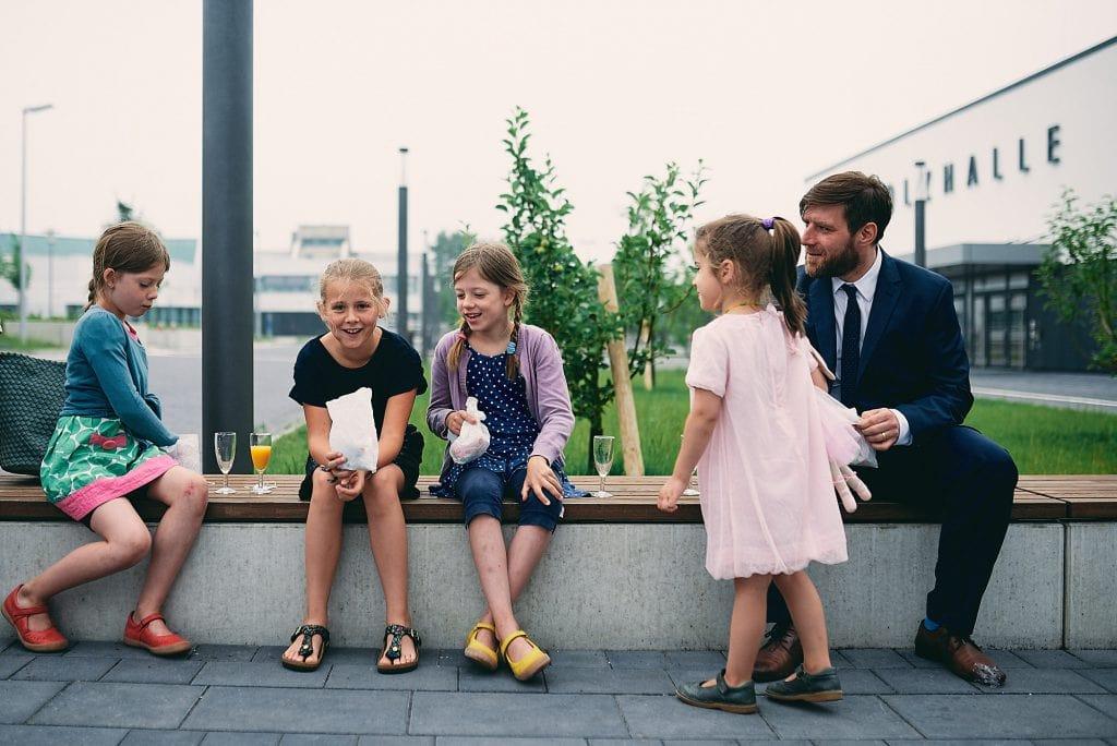 Spielende Kinder nach der Trauung.