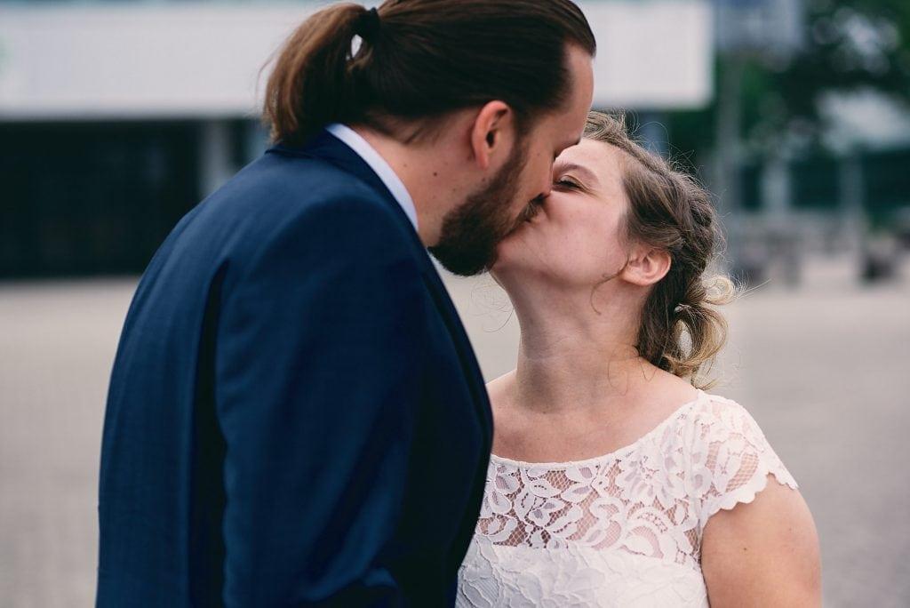 Das Brautpaar küsst sichbeim Brautpaarshooting.