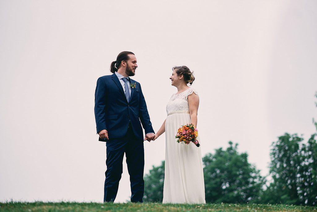 Das Brautpaar auf einer Hügelkuppe.