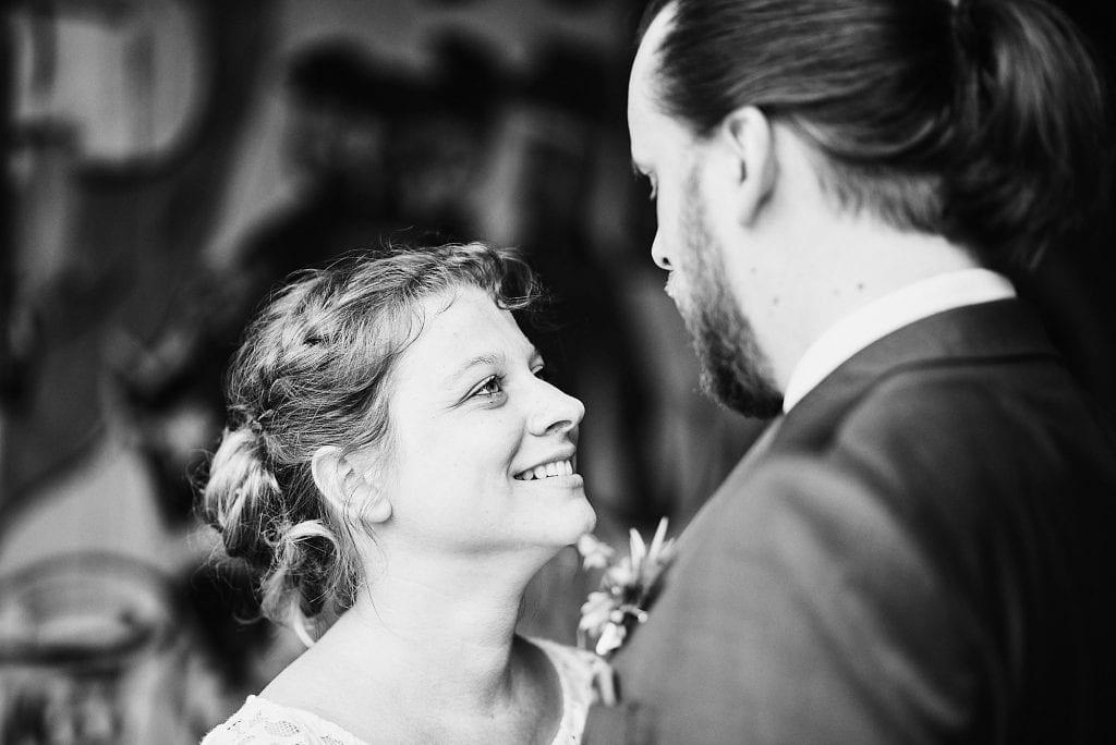 Die Braut schaut den Bräutigam an.
