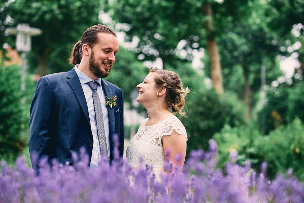 Braut und Bräutigam schauen sich verliebt an.