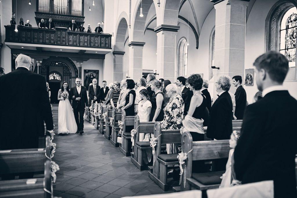 Der Brautvater bringt seine Tochter zum Altar.