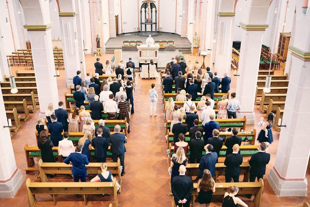Blick von oben auf die Hochzeitsgäste.