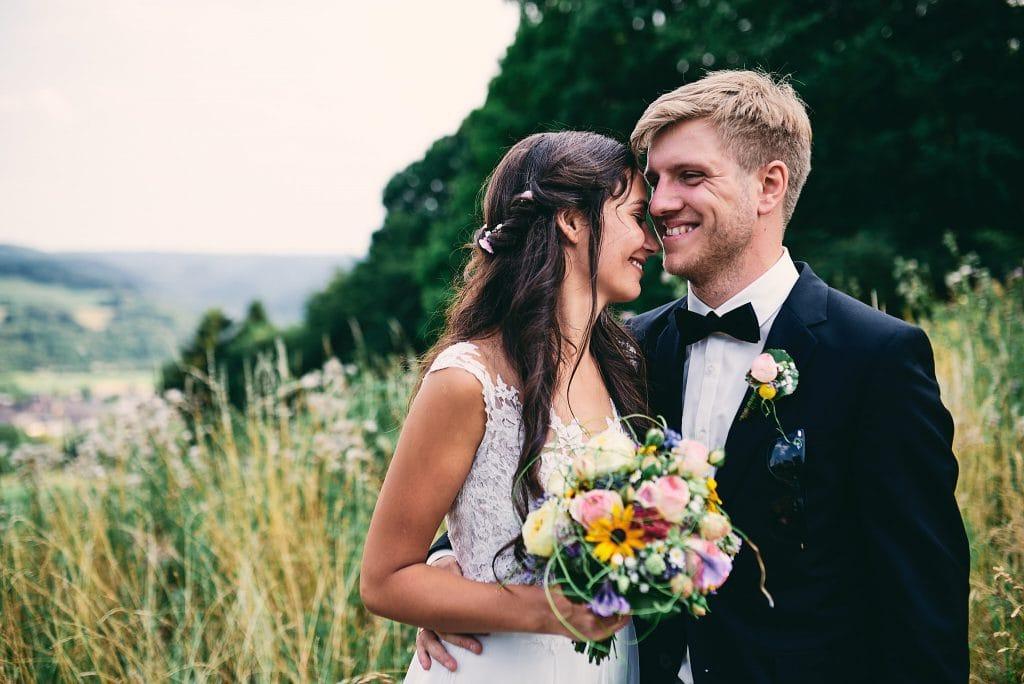 Die Braut lehnt ihren Kopf an den Bräutigam.