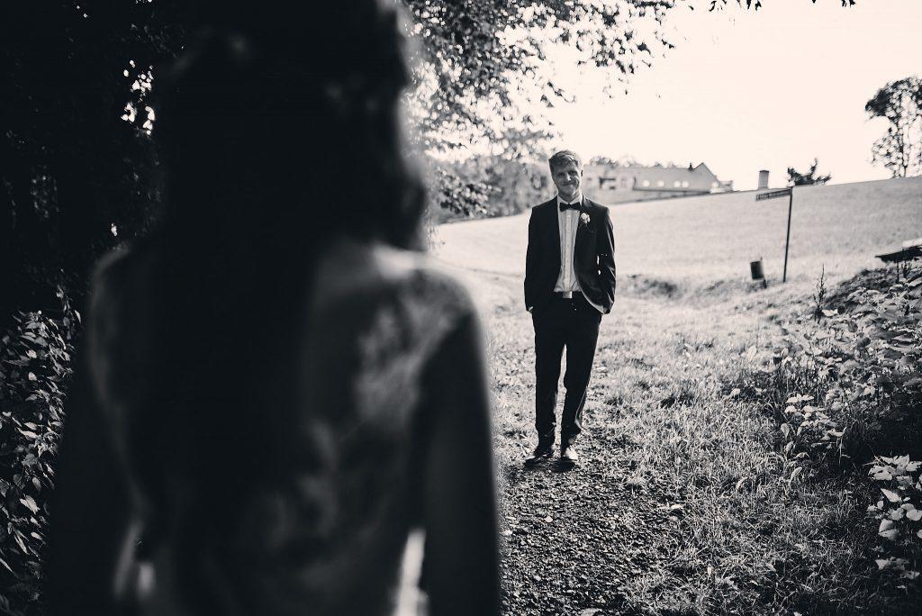 Blick über die Schulter der Braut zum Bräutigam.