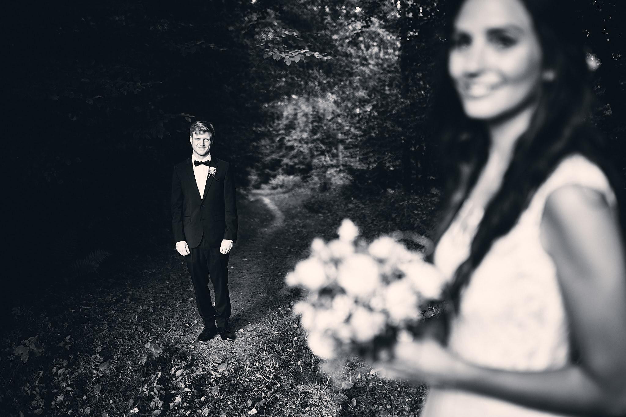 Der Bräutigam schaut zur Braut.
