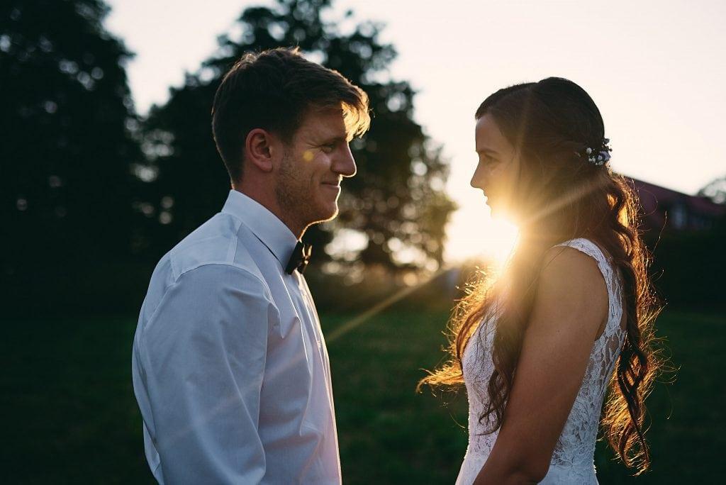 Braut und Bräutigam im Sonnenuntergang.