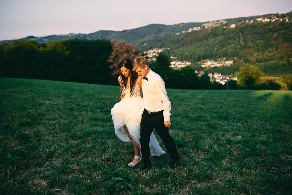 Braut und Bräutigam auf dem Weg zurück zur Hochzeitslocation.