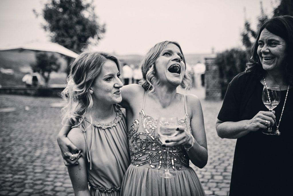 Ausgelassene Hochzeitsgäste.