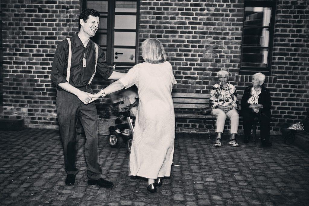 Tanzende Hochzeitsgäste.