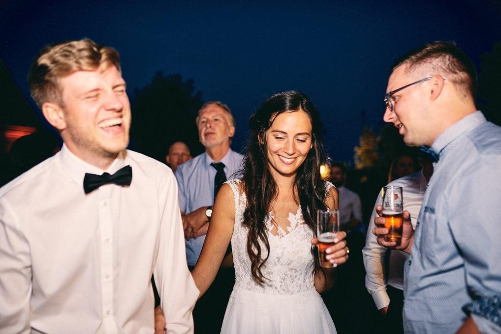 Braut und Bräutigam tanzen.