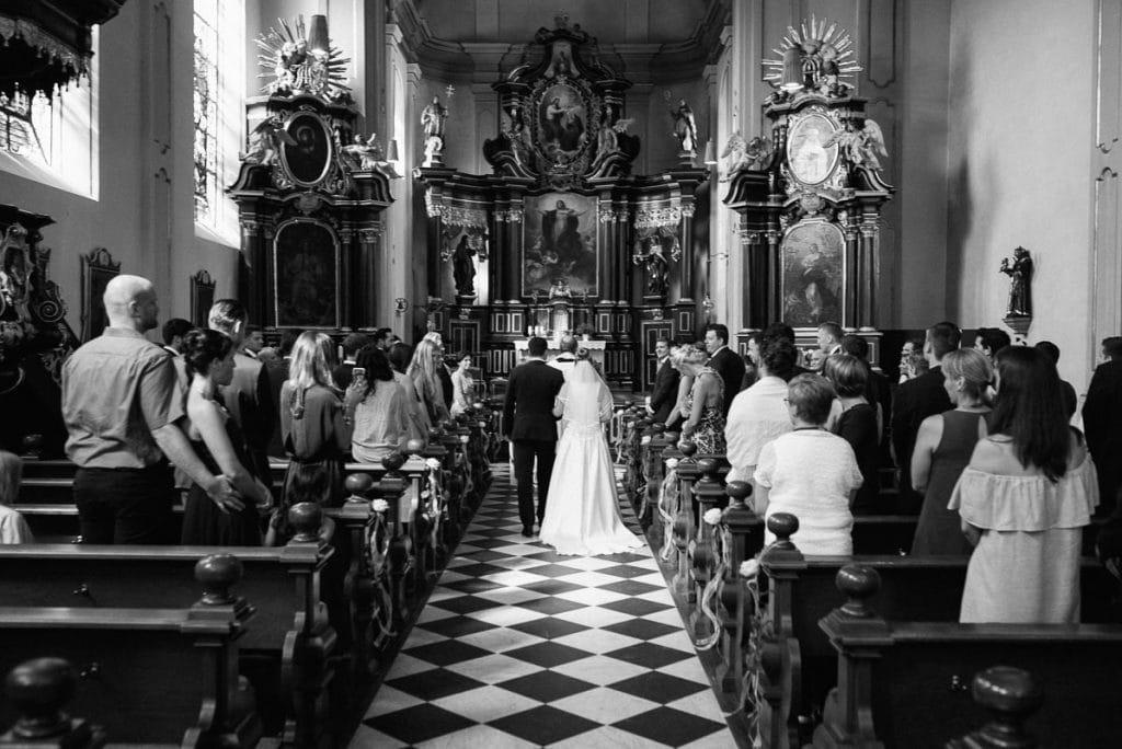 Das Brautpaar läuft zum Altar.