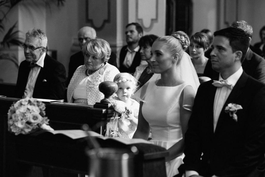 Die Tochter schaut die Braut an.