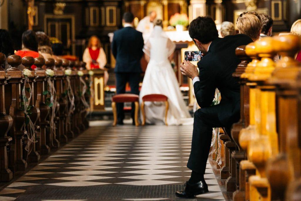 Ein Hochzeitsgast macht ein Foto.