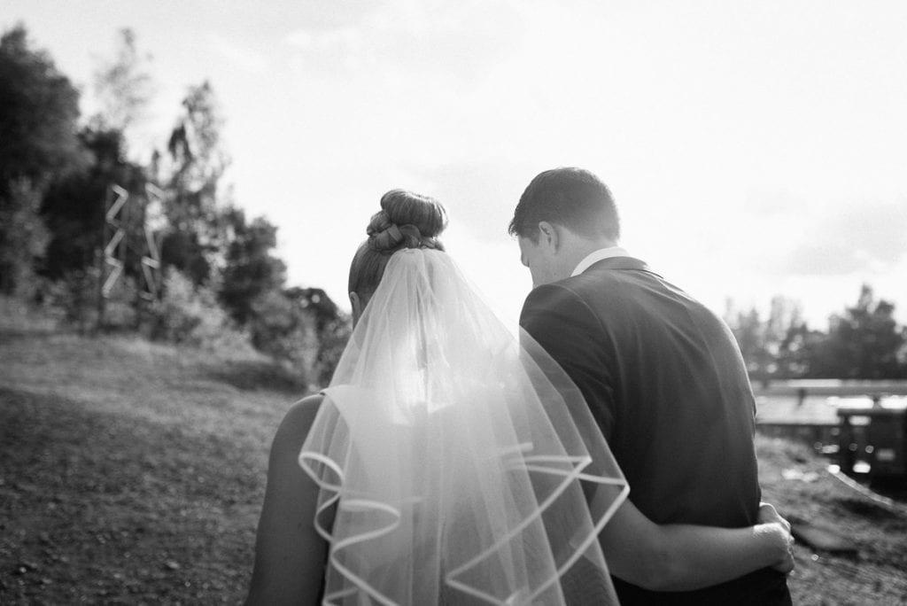 Blick über die Schulter des Brautpaars.