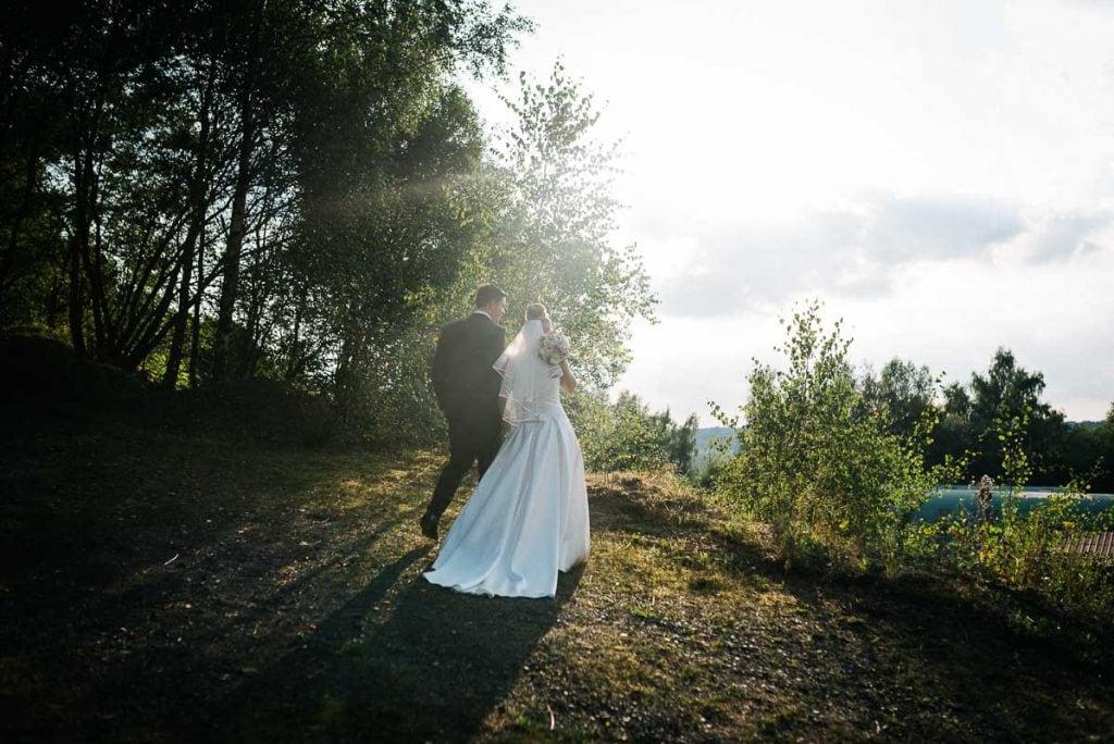 Das Brautpaar spaziert im Stoeffelpark
