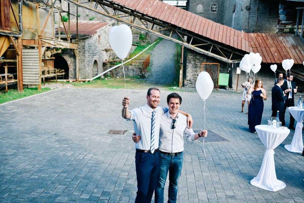 Zwei Hochzeitsgäste mit Ballons.