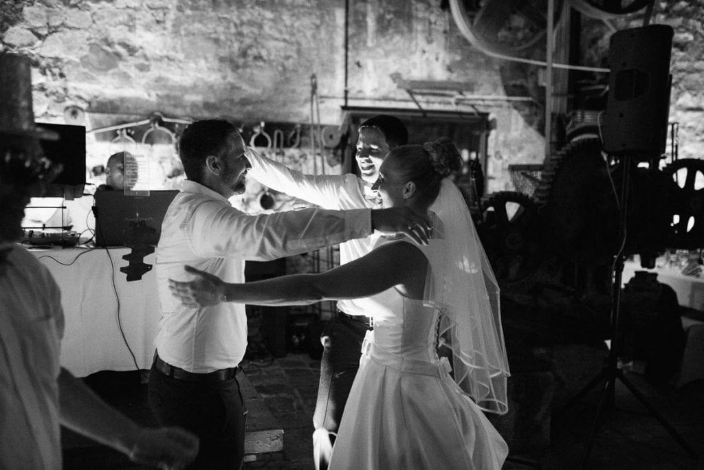 Das Brautpaar empfängt einen Gast.
