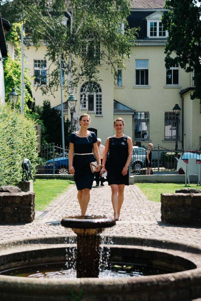 Zwei Hochzeitsgäste kommen zum Siebengebirgsmuseum Königswinter.