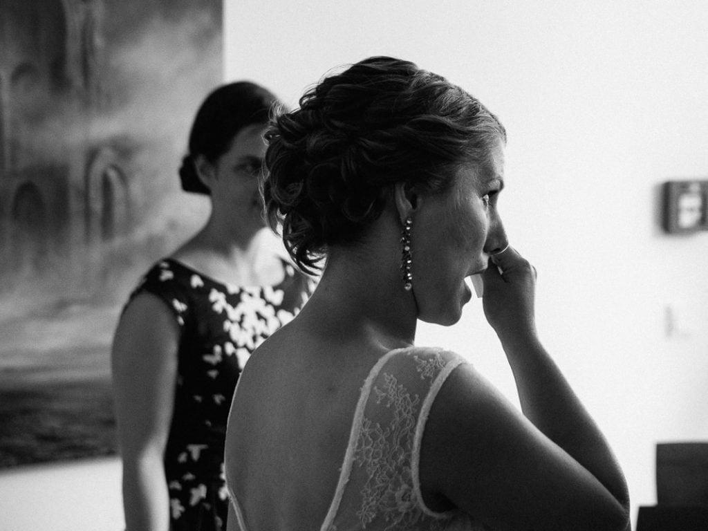 Die Braut weint vor Freude.