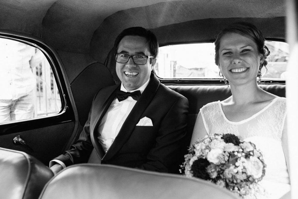 Das Brautpaar im Hochzeitsauto.