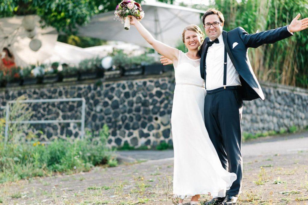 Das Brautpaar freut sich.