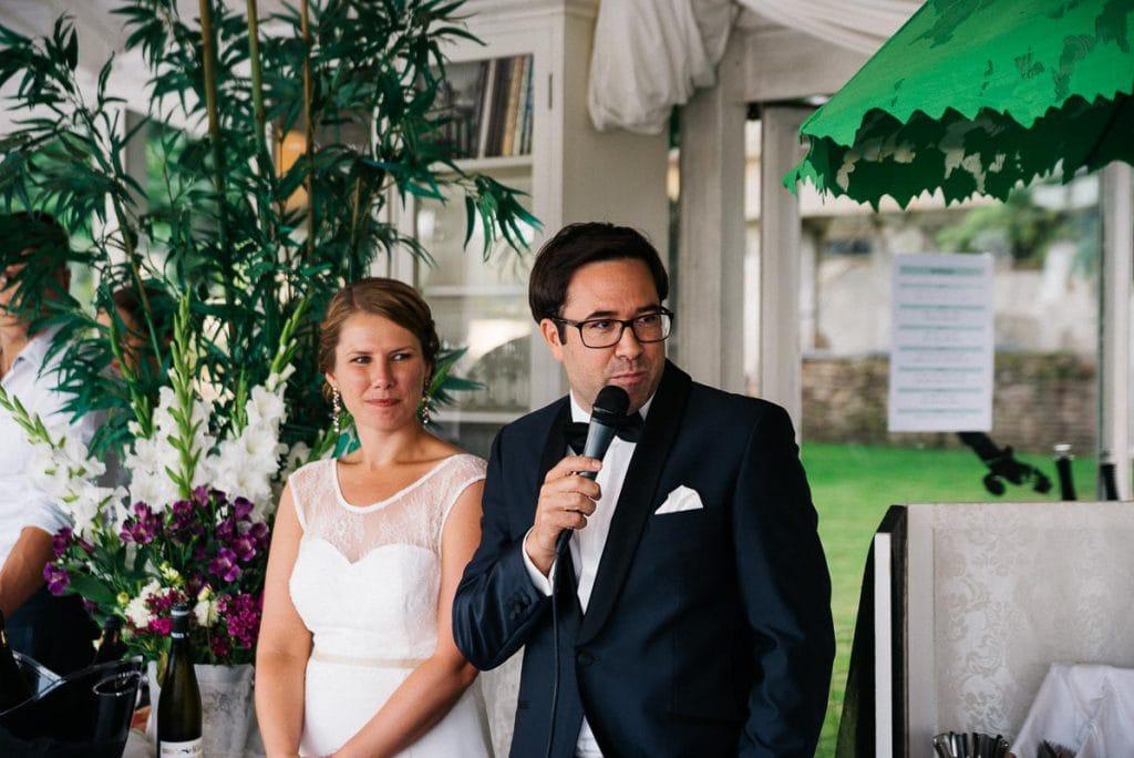 Das Brautpaar hält eine Rede.