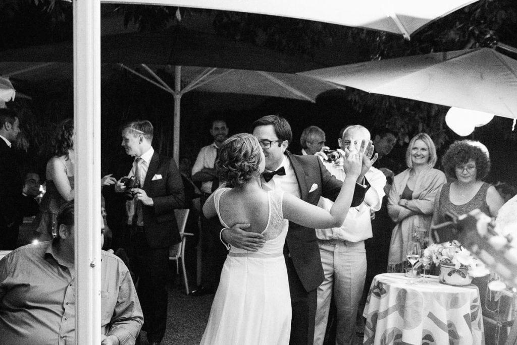 Das Brautpaar tanzt.