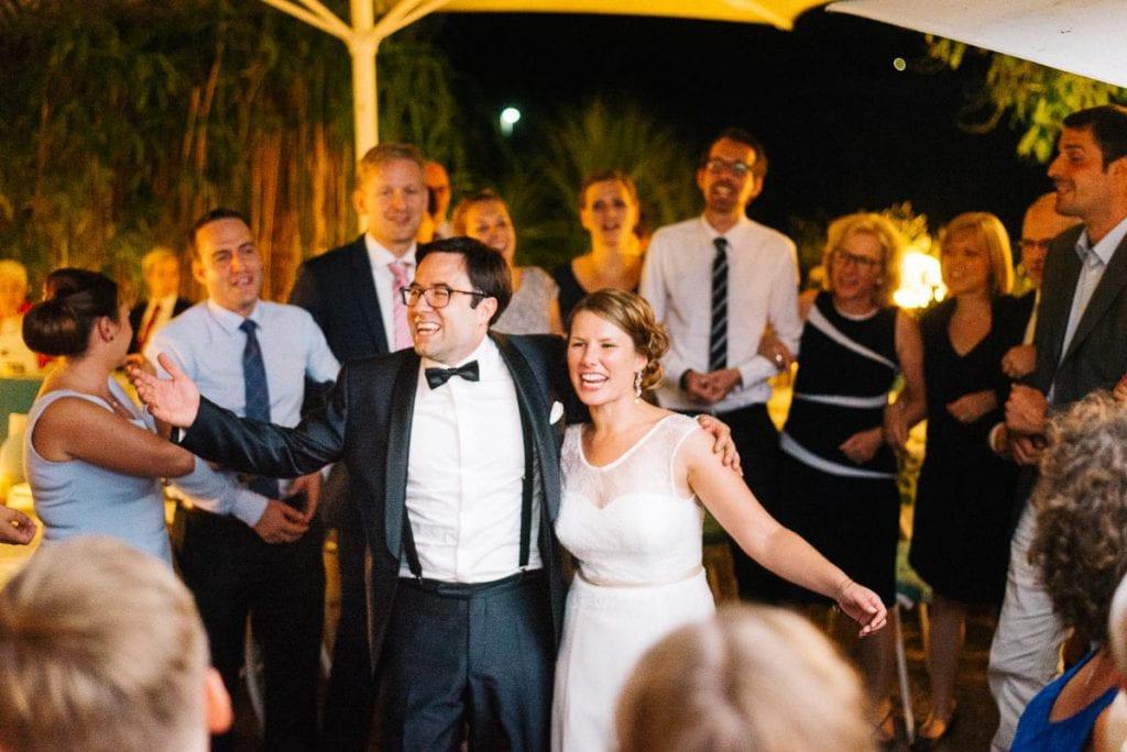 Das Brautpaar mitten in der Hochzeitsgesellschaft.