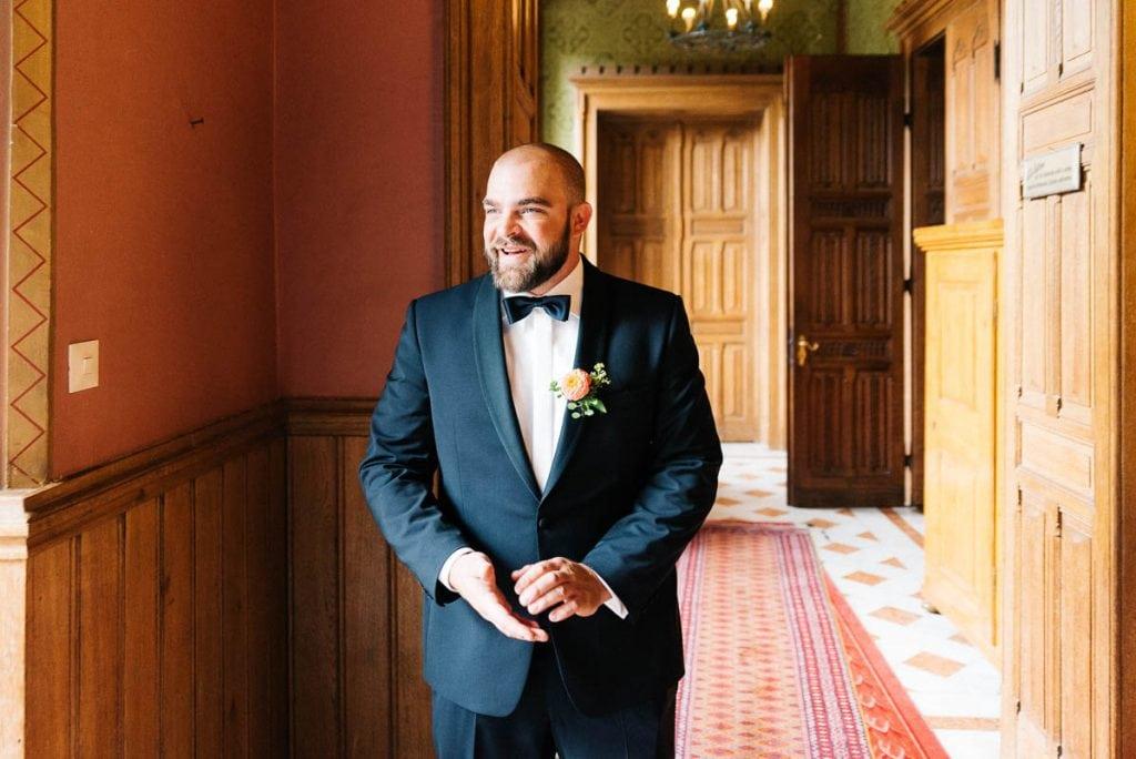 Der Bräutigam erwartet die Braut.