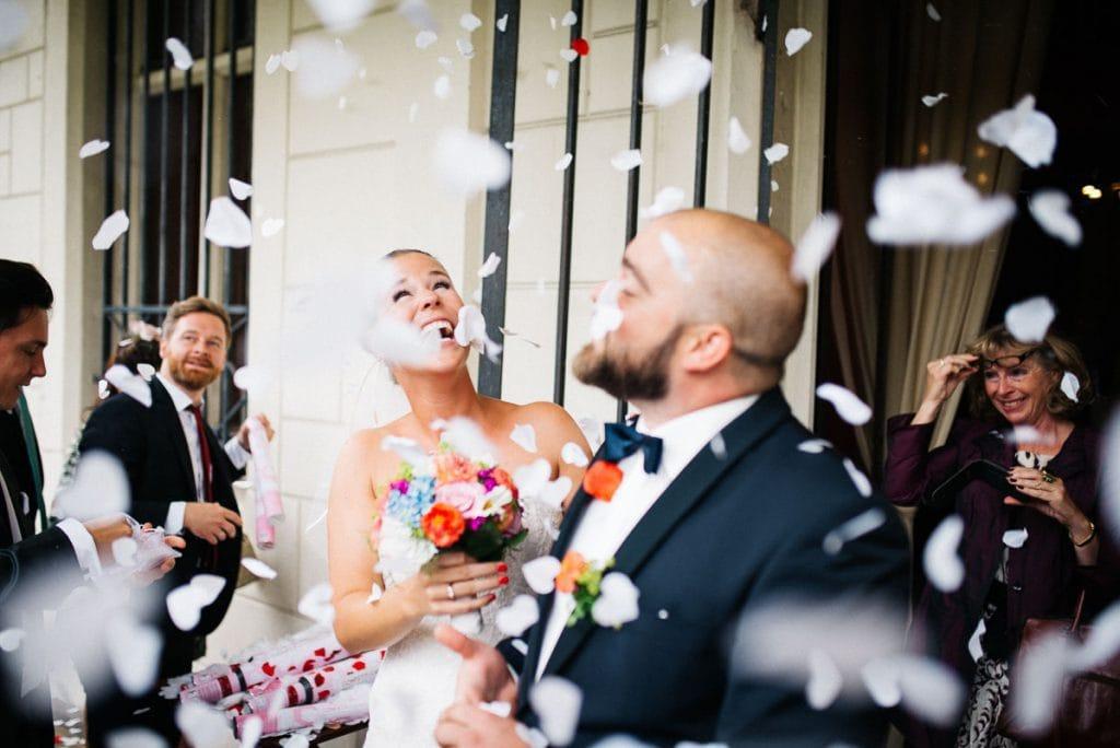Konfettiregen über dem Brautpaar.