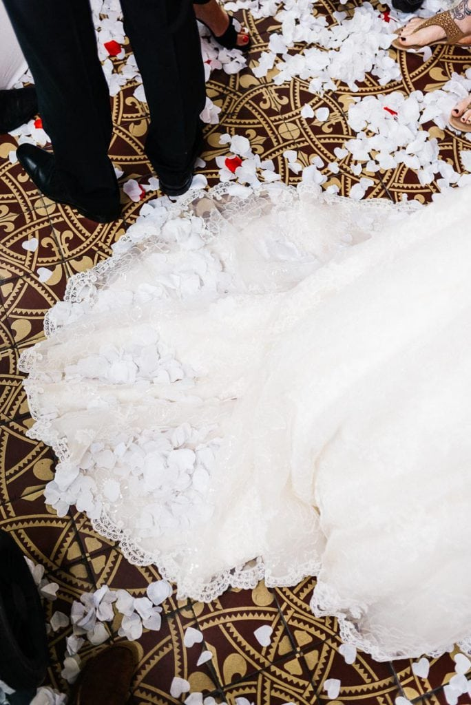 Konfetti auf dem Brautkleid.