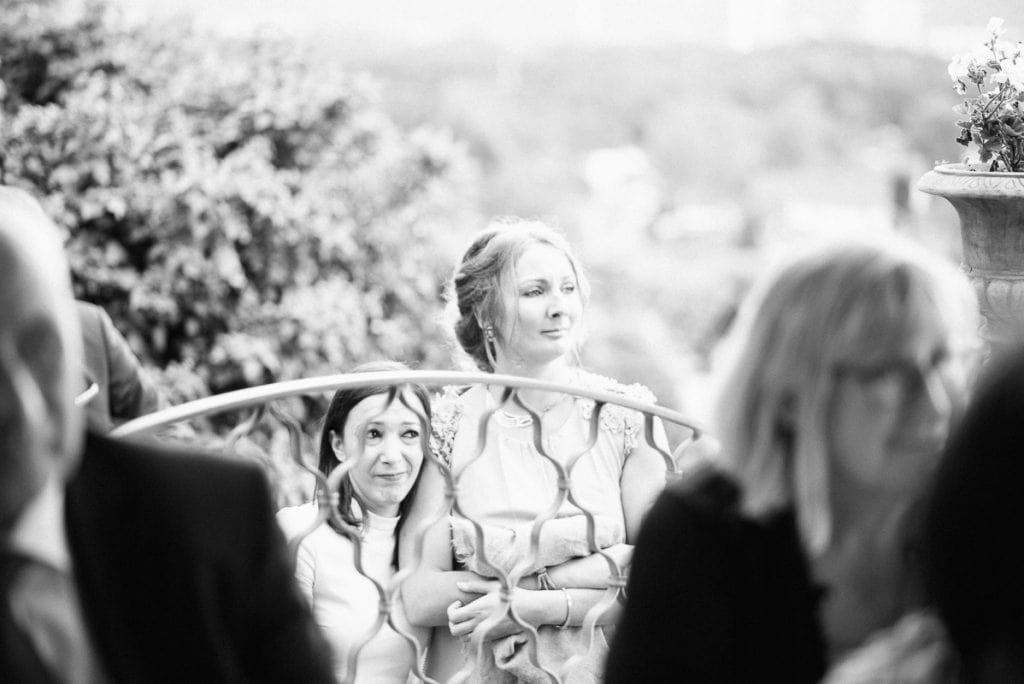 Zwei Hochzeitsgäste halten sich fest.