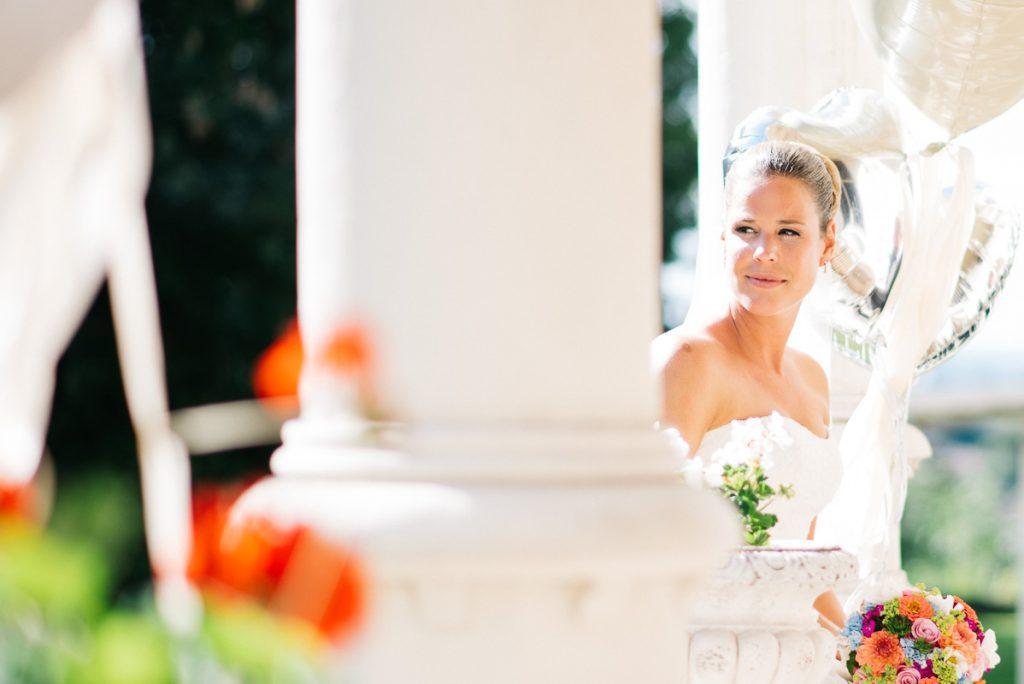 Die Braut hinter einer Säule.