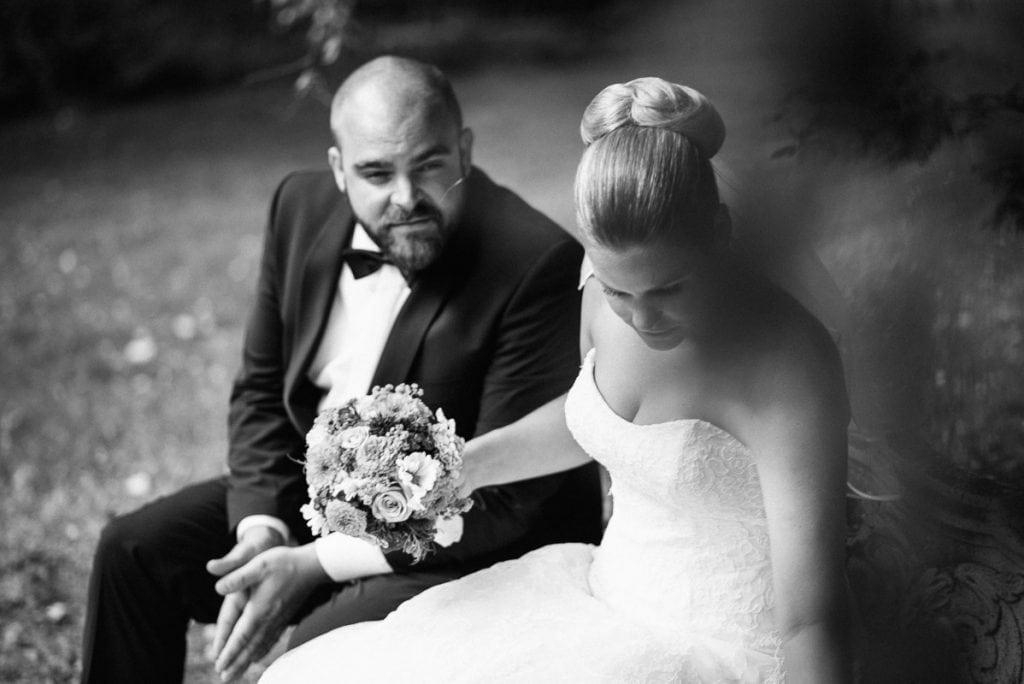 Der Bräutigam schaut die Braut an.