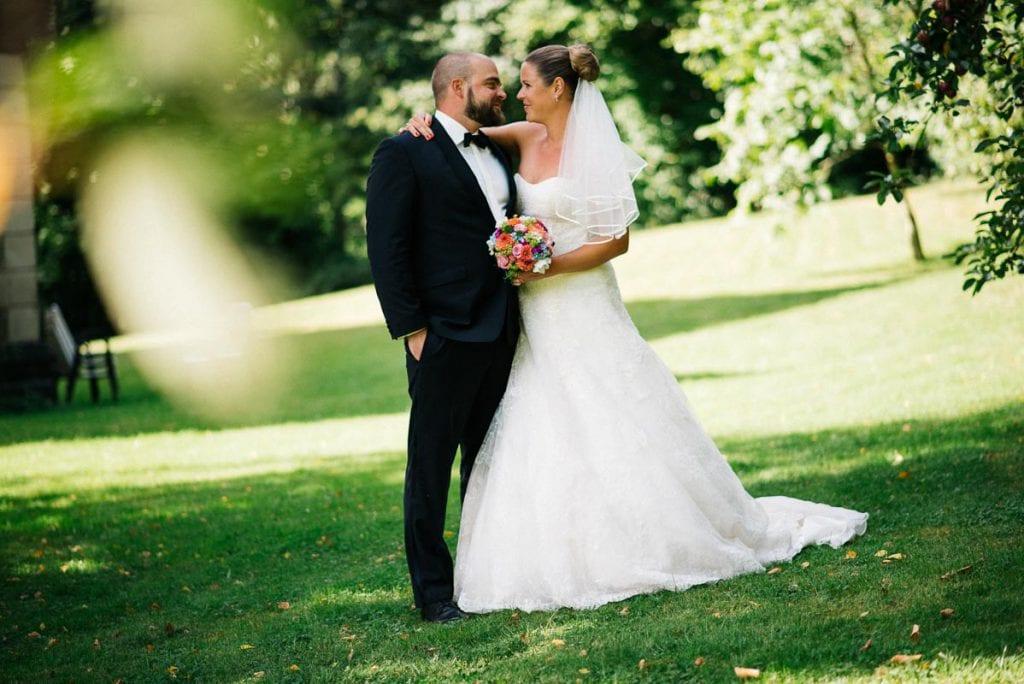 Das Brautpaar im Park.
