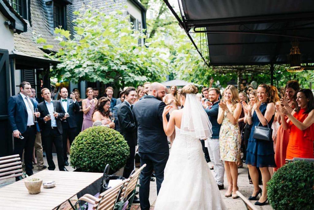 Das Hochzeitspaar empfängt die Gäste.