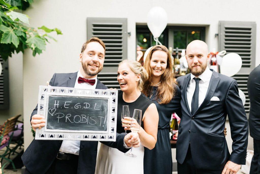 Gruppenbild von Hochzeitsgästen.
