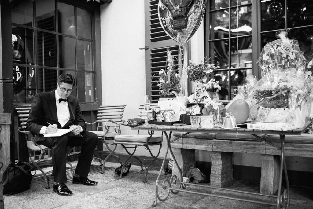 Ein Gast schreibt eine Glückwunschkarte.