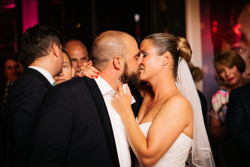 Das Brautpaar küsst sich.