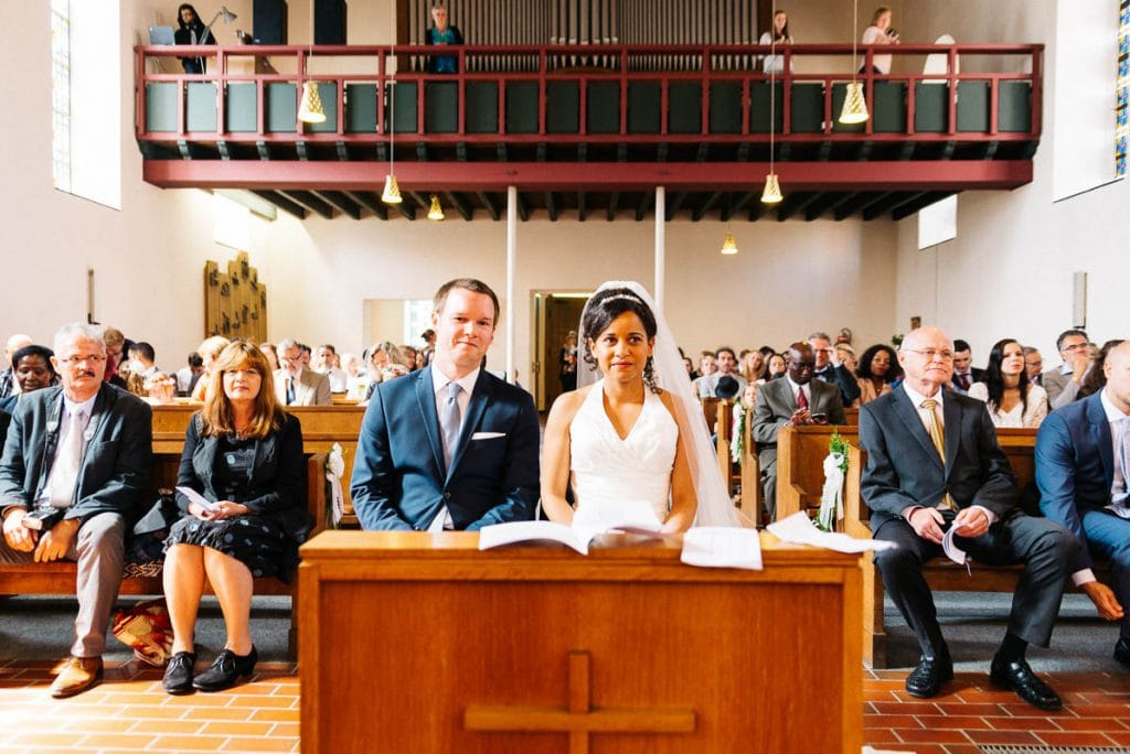 Das Brautpaar vor dem Altar.