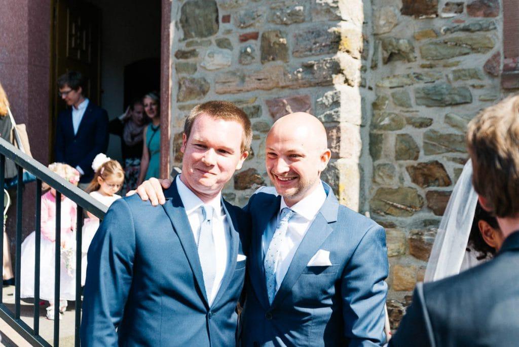 Der Bräutigam mit sein Bruder.