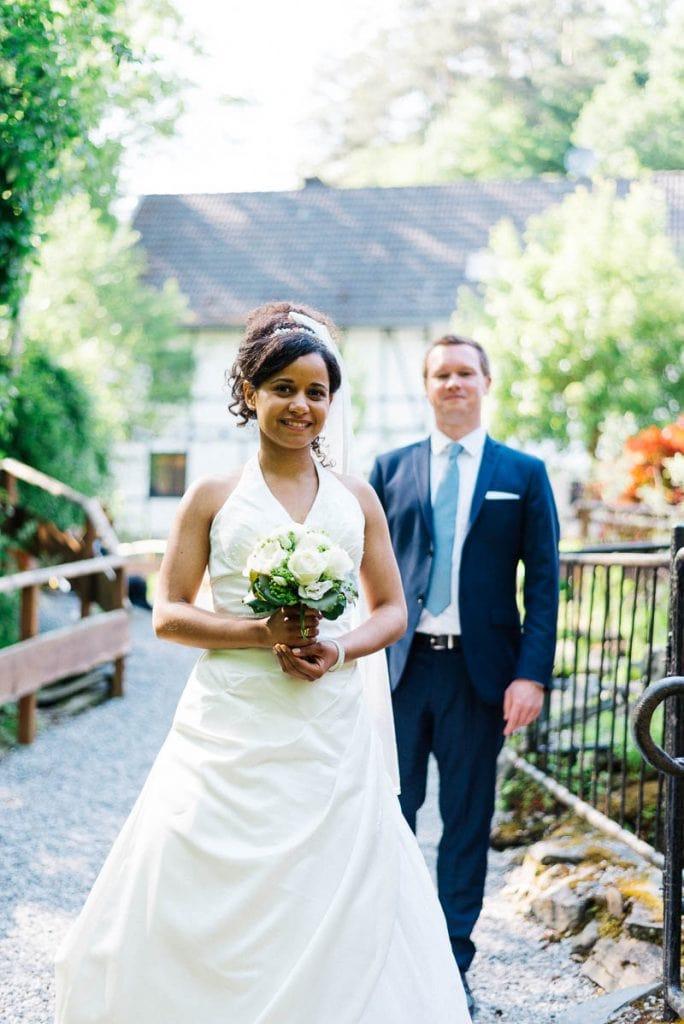 Braut und Bräutigam vor der Mestrenger Mühle.