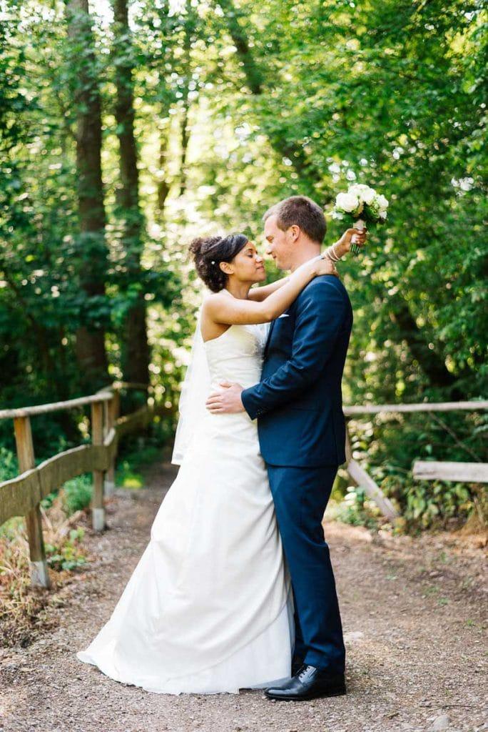 Das Brautpaar schaut sich an.